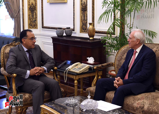 رئيس الوزرا يستقبل السفير اليوناني بالقاهرة (2)