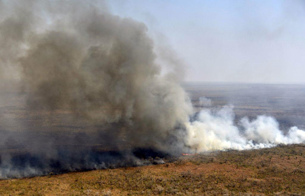 منظر جوي لدخان يتصاعد من حريق قرب شاراجوا في بوليفيا ، على الحدود مع باراجواي