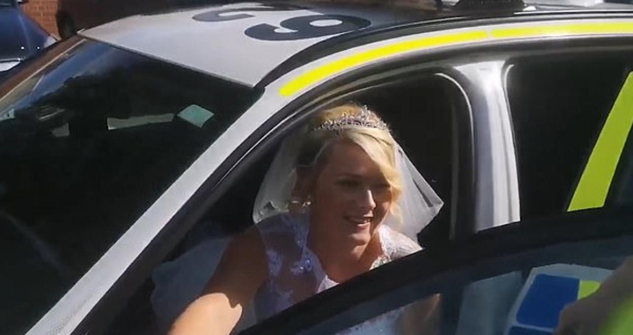 العروس فى سيارة الشرطة
