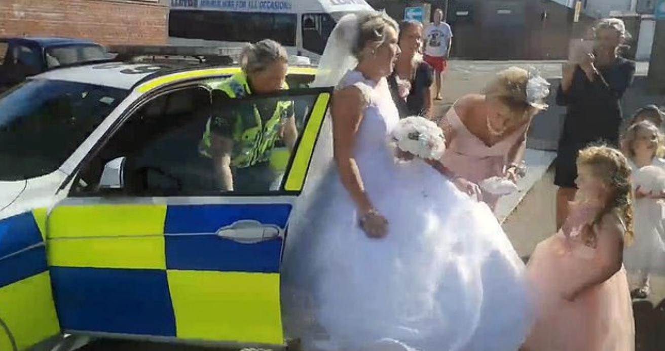 كاتى تصل لحفل زفافها