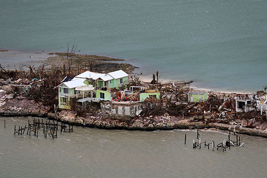 منازل مدمرة على الساحل