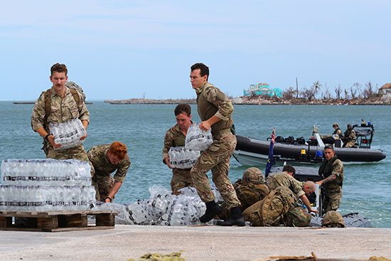 جنود تقوم بإعداد المساعدات للمنكوبين