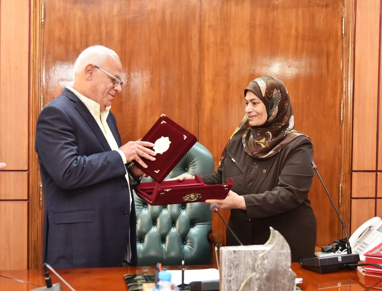 محافظ بورسعيد يكرم العاملين  (8)