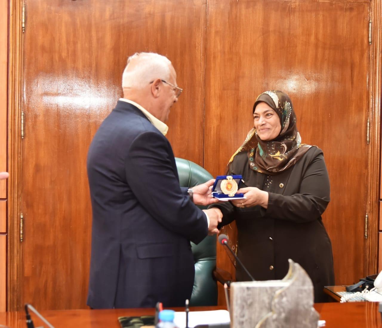 محافظ بورسعيد يكرم العاملين  (5)