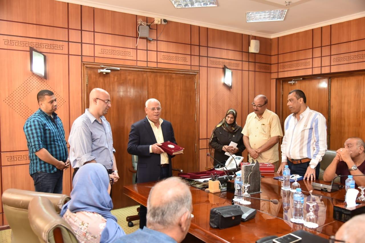 محافظ بورسعيد يكرم العاملين  (1)