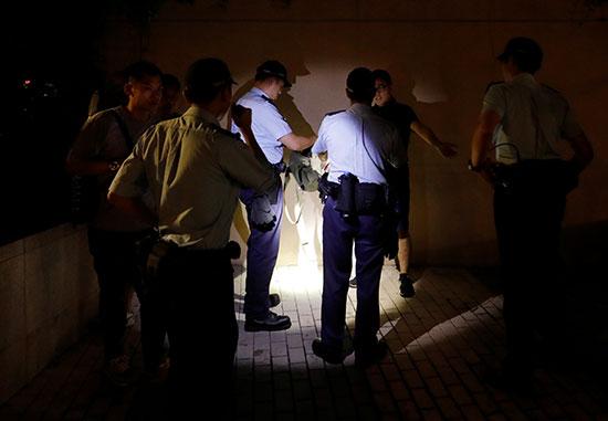 الشرطة يفحصون المتظاهرين