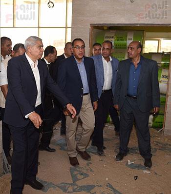 مصطفى مدبولى خلال زيارة مستشفى سمالوط النموذجى (6)