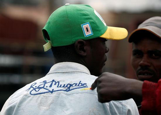مواطن زيمبابوى يرتدى تى شيرت موجابى