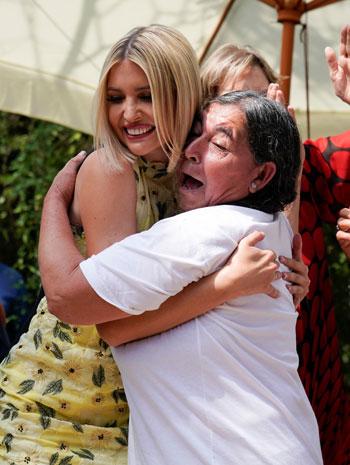إيفانكا ترامب تعانق أحد السيدات