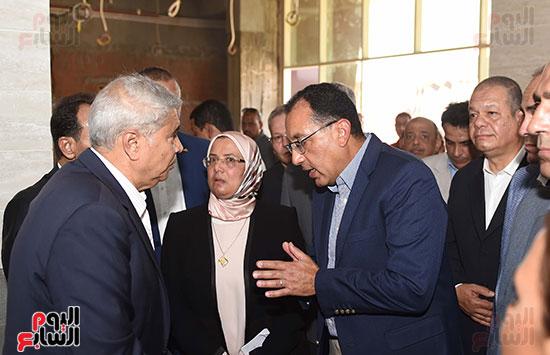 مصطفى مدبولى خلال زيارة مستشفى سمالوط النموذجى (4)