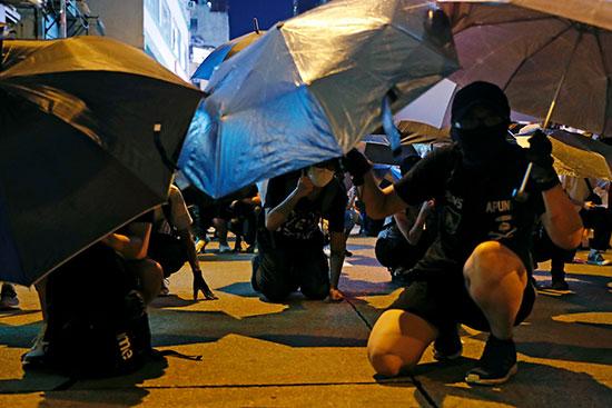 المحتجون يفترشون الأرض