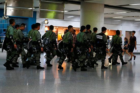 دوريات الشرطة تتابع الأحداث داخل محطات المترو