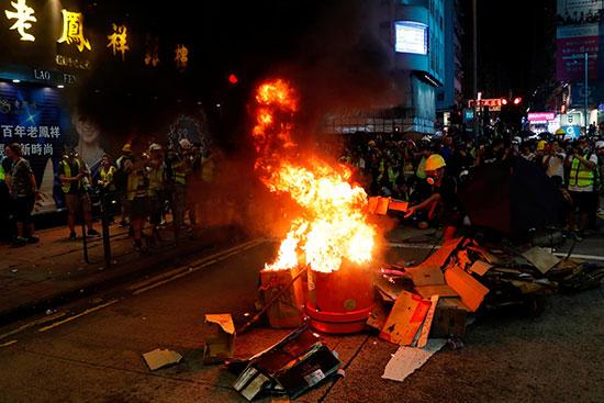 محتجون يشعلون النيران خلال مظاهراتهم