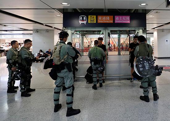 الشرطة داخل محطات المترو