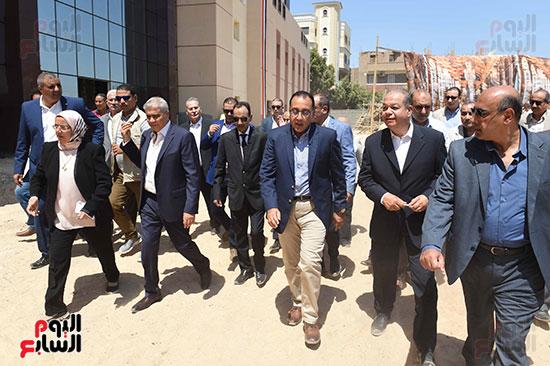 مصطفى مدبولى خلال زيارة مستشفى سمالوط النموذجى (2)