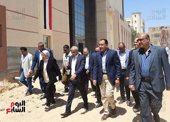 مصطفى مدبولى خلال زيارة مستشفى سمالوط النموذجى (3)