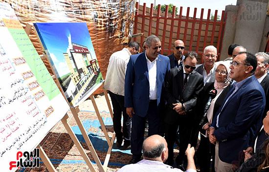 مصطفى مدبولى خلال زيارة مستشفى سمالوط النموذجى (1)