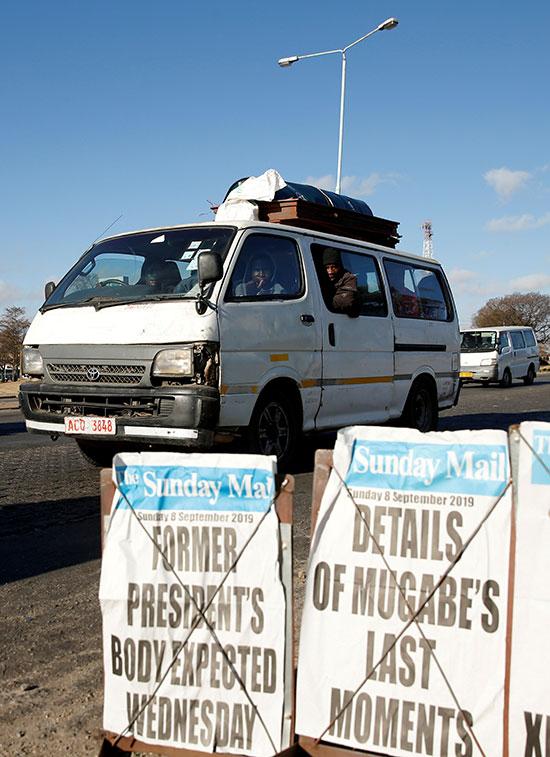 مواطنون يستقلون المركبات لوداع موجابى