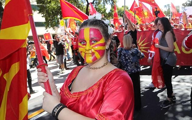 فتاة ترسم علم مقدونيا على وجهها