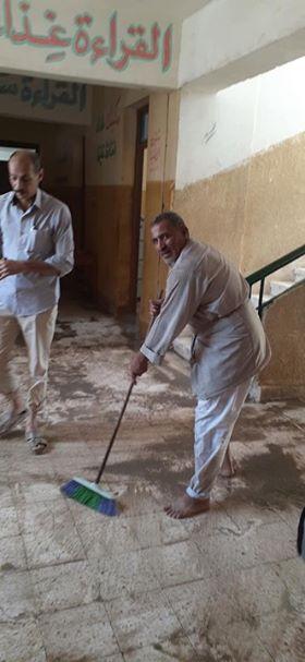 أثناء تنظيف المدرسة