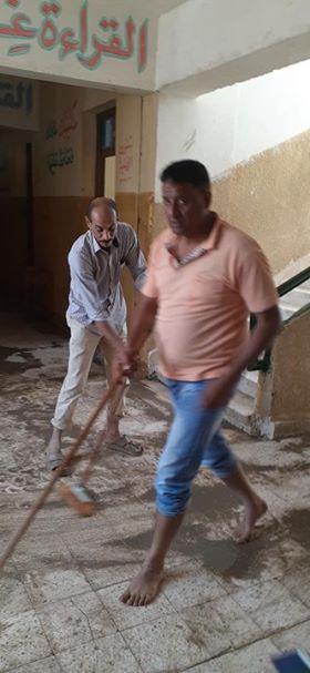 المدرسون يشاركون العمال فى تنظيف المدرسة