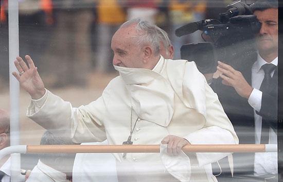البابا يلوح للمواطنين