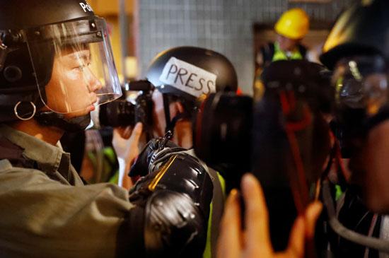 هونج كونج تطلق الغاز المسيل للدموع لتفريق المحتجين