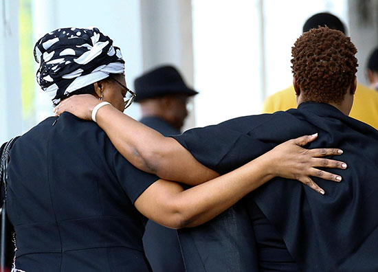 مواطنون يتوافدون على زيارة موجابى قبل نقله لزيمبابوى