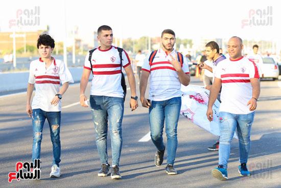 الجماهير البيضاء فى طريقها لبرج العرب