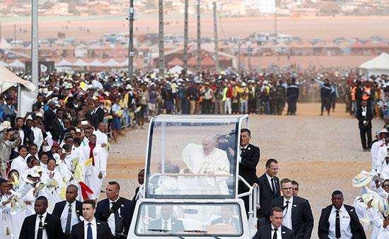 البابا فى طريقه للقداس