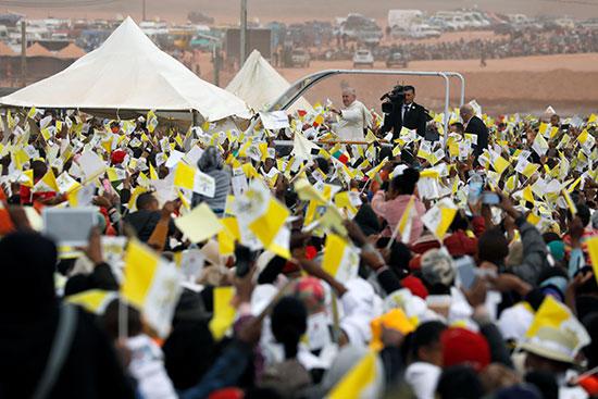 المواطنون يستقبلون فرنسيس بأعلام الفاتيكان