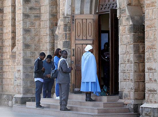 على باب الكنيسة لوداع موجابى