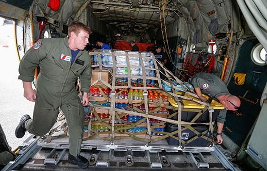 القوات تنقل المساعدات عبر طائرات الهليكوبتر