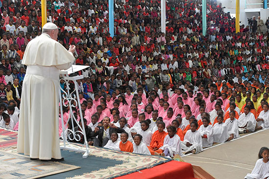 البابا يتحدث للحضور