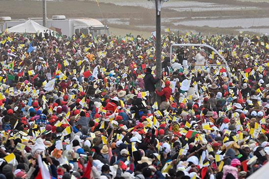 البابا وسط ترحيب شعبى كبير