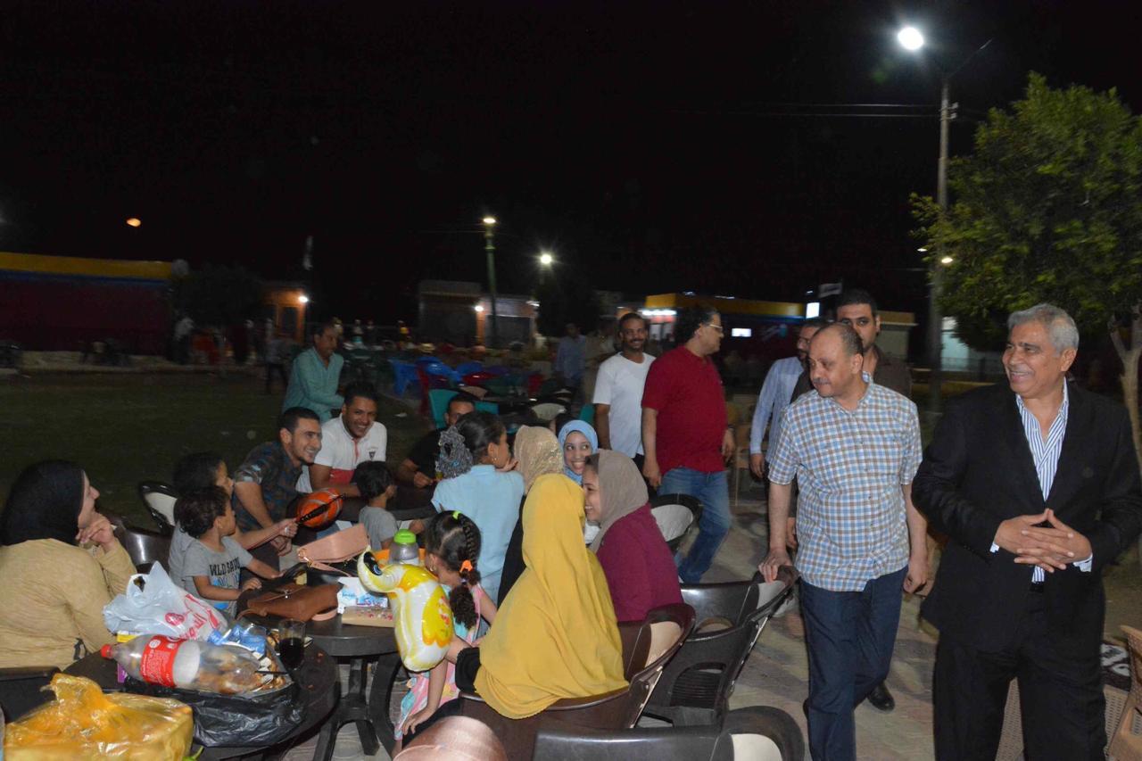 محافظ المنيا يلتقى أصحاب الوحدات والزائرين لمشروع شارع مصر (2)