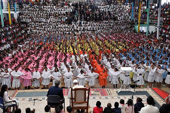 أطفال المدينة المعجزة يقدمون عرضا أمام البابا
