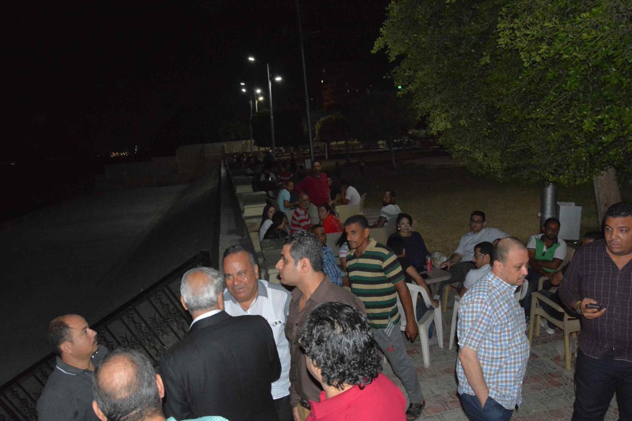 محافظ المنيا يلتقى أصحاب الوحدات والزائرين لمشروع شارع مصر (4)