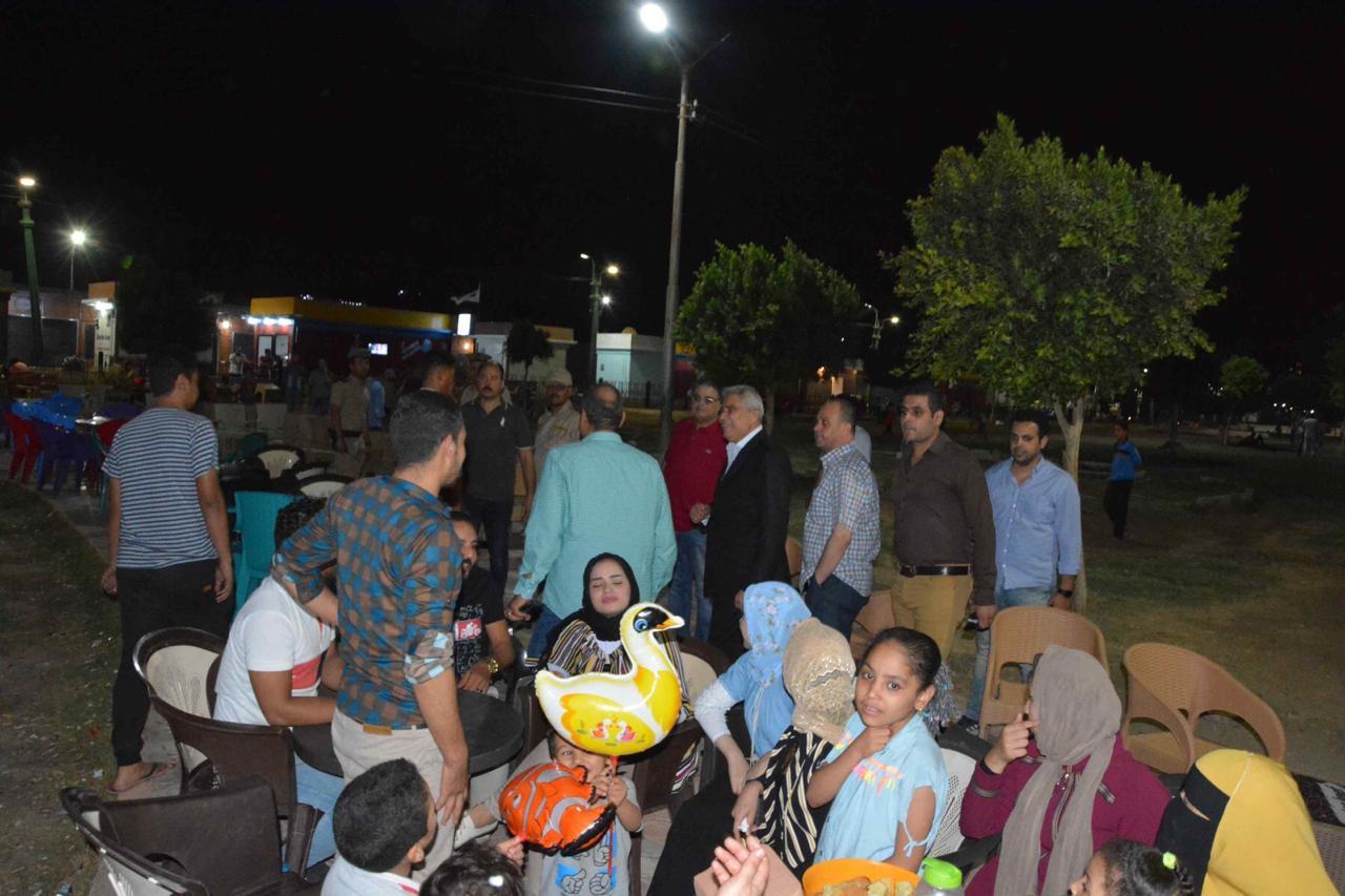 محافظ المنيا يلتقى أصحاب الوحدات والزائرين لمشروع شارع مصر (7)