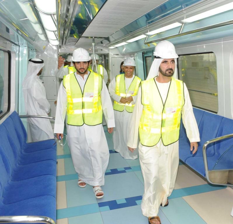 الشيخ محمد بن راشد داخل عربات المترو