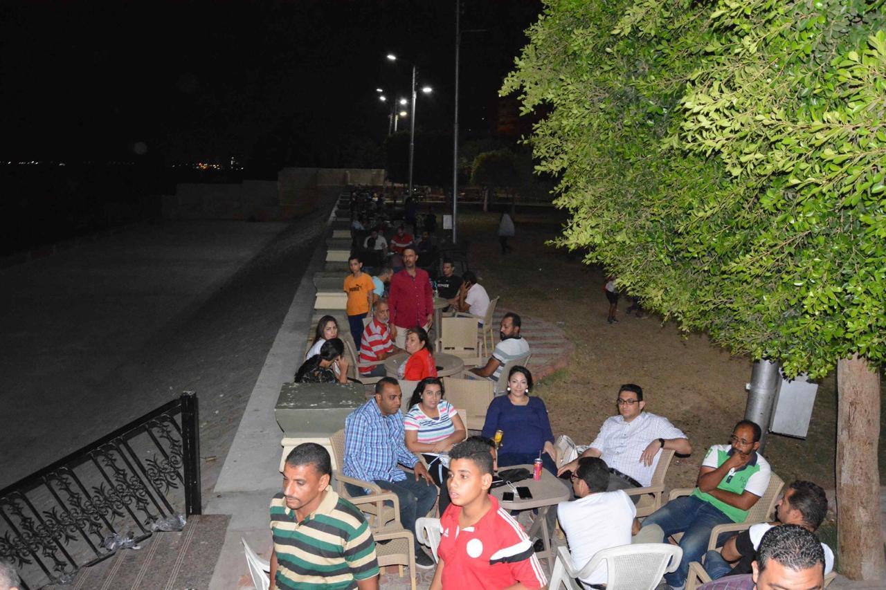 محافظ المنيا يلتقى أصحاب الوحدات والزائرين لمشروع شارع مصر (6)