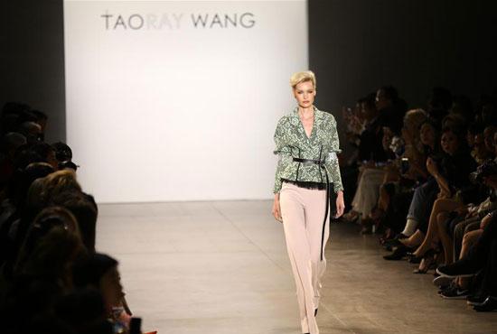أزياء لدعم المرأة فى معرض بنيويورك (3)