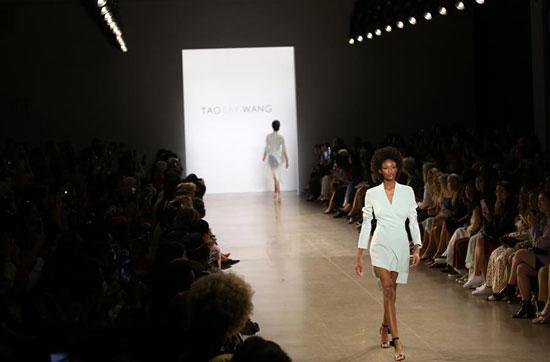 أزياء لدعم المرأة فى معرض بنيويورك (6)