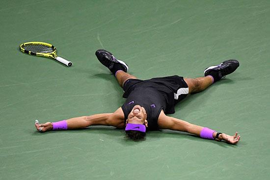 نادال ينام على الأرض بعد مباراة ماراثونية