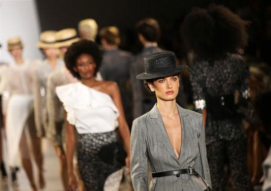 أزياء لدعم المرأة فى معرض بنيويورك (7)