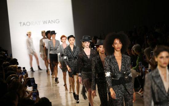 أزياء لدعم المرأة فى معرض بنيويورك (5)