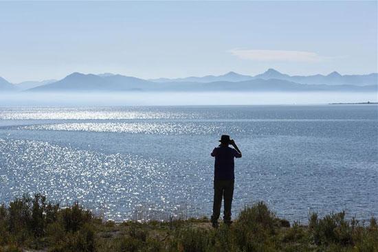 سائح يلتقط صوره للمياه