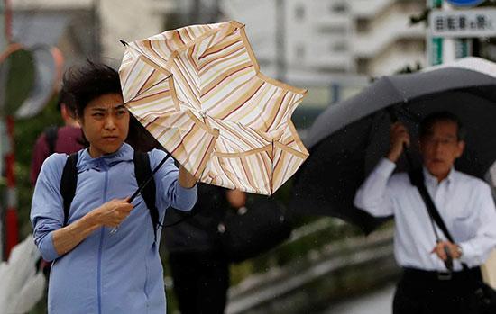 حمل المظلات للحماية من الإعصار