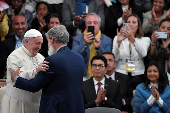 البابا يرحب بالأب بيدرو أوبيكا