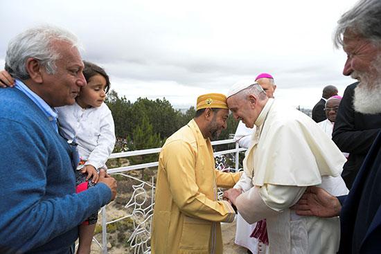 البابا فى لقاء مع أحد رجال الدين المسلمين فى مدغشقر